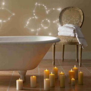 Badezimmer mit LED Lichtdekoration an der Wand