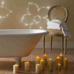 Eine PIXLUM LED Lichtdekoration an der Wand neben einer freistehenden Badewanne