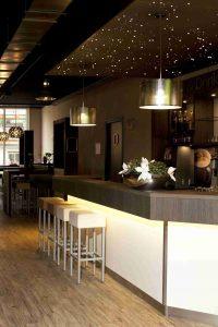 Restaurant mit PIXLUM Sternenhimmel über der Theke