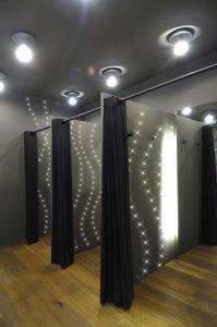 Mit LEDs gestecktes Muster in einer Umkleidekabine