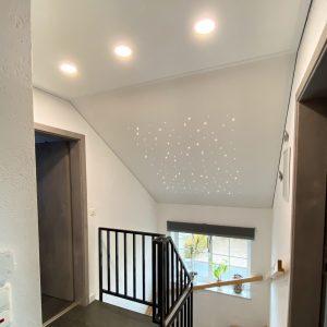weiß-matte Plameco Spanndecke mit Gewebeverstärkung und installiertem PIXLUM LED Sternenhimmel