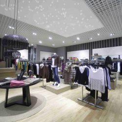 Ein Ladengeschäft mit einem PIXLUM LED Sternenhimmel an der Decke