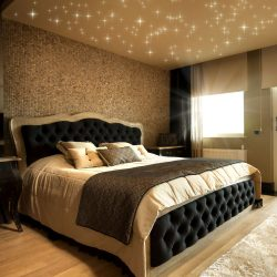 Ein PIXLUM Sternenhimmel mit LEDs an einer Schlafzimmerdecke