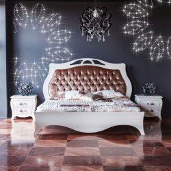 Eine PIXLUM LED Lichtdekoration mit Blumenmuster hinter einem Bett