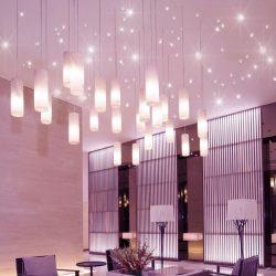 PIXLUM Hängeleuchten an der Decke einer Hotellobby