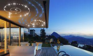 LED-Sternenhimmel unter der Decke einer Veranda