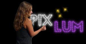 Junge Frau, die LEDs in einen PIXLUM Sternenhimmel steckt