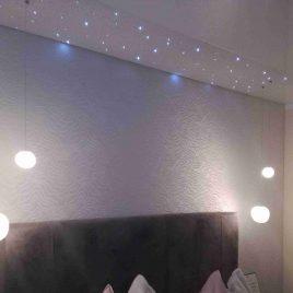 Schlafzimmer mit Spanndecke und Sternenhimmel