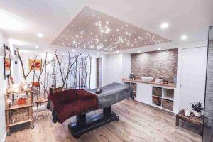 LED-Sternenhimmel Bausatz kaufen: Massagepraxis mit PIXLUM LED-Sternenhimmel über dem Behandlungstisch