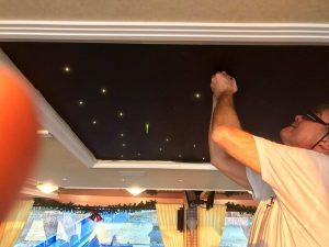 Einstecken der PixLEDs in die PixBOARD Stromleiterplatten für den PIXLUM LED Sternenhimmel auf der MS RheinCargoauf dem Restaurantschiff MS RheinCargo