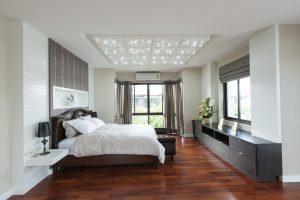 Schlafzimmer in einem Hotel mit PIXLUM Sternenhimmel als Deckenplatten