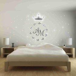 Eine PIXLUM LED Lichtdekoration an der Wand hinter einem Bett im Hotel