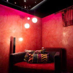 Lichtgestaltung über einer Sitzecke mit PIXLUM Hängeleuchten