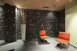 Steinwand mit PIXLUM Lichtdekoration