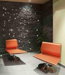 Steinwand in Wartezimmer mit LED-Lichtdekoration