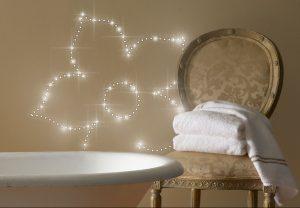 Blumendekor mit LEDs an Wand